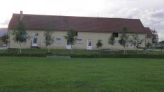 Pohled zehřiště nazrekonstruovanou budovu sportovního areálu